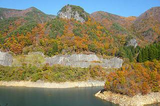 9.5ヘクタールの広さの湖面には、周りの急峻な渓谷が映し出され、紅葉ウォッチングには最適!(11月上旬)